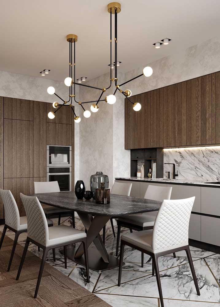Mesa de jantar com tampo em granito preto Indiano; repare que o piso segue o mesmo padrão de estampa da pedra