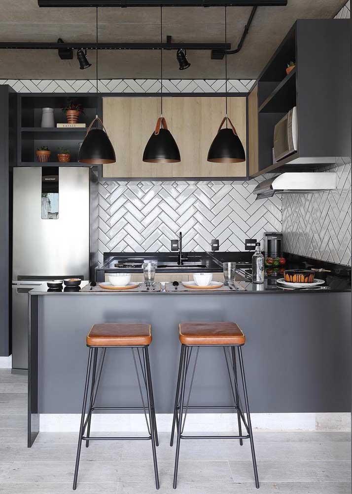 Bancada revestida em granito preto Absoluto para combinar com a cozinha moderna