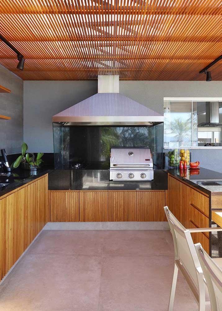 O granito preto nas bancadas casou lindamente com a madeira usada no espaço gourmet