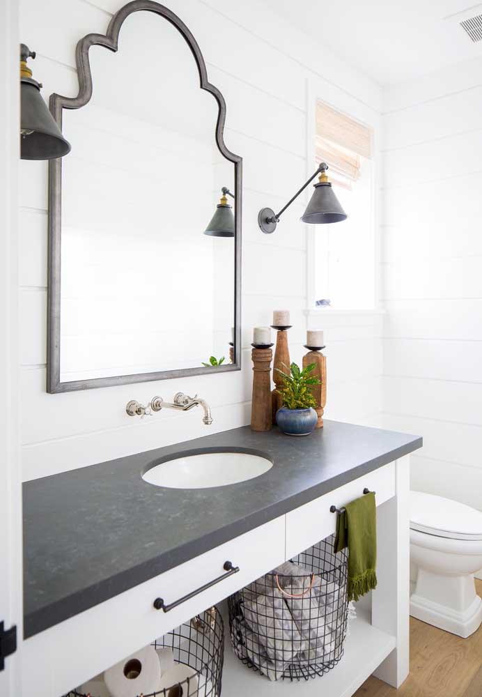 Já nessa outra proposta de banheiro, o granito preto realça o branco predominante na decoração