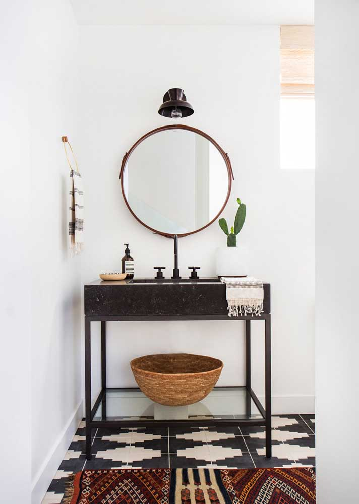 O pequeno lavabo contou com o charme e a elegância do granito preto para pia