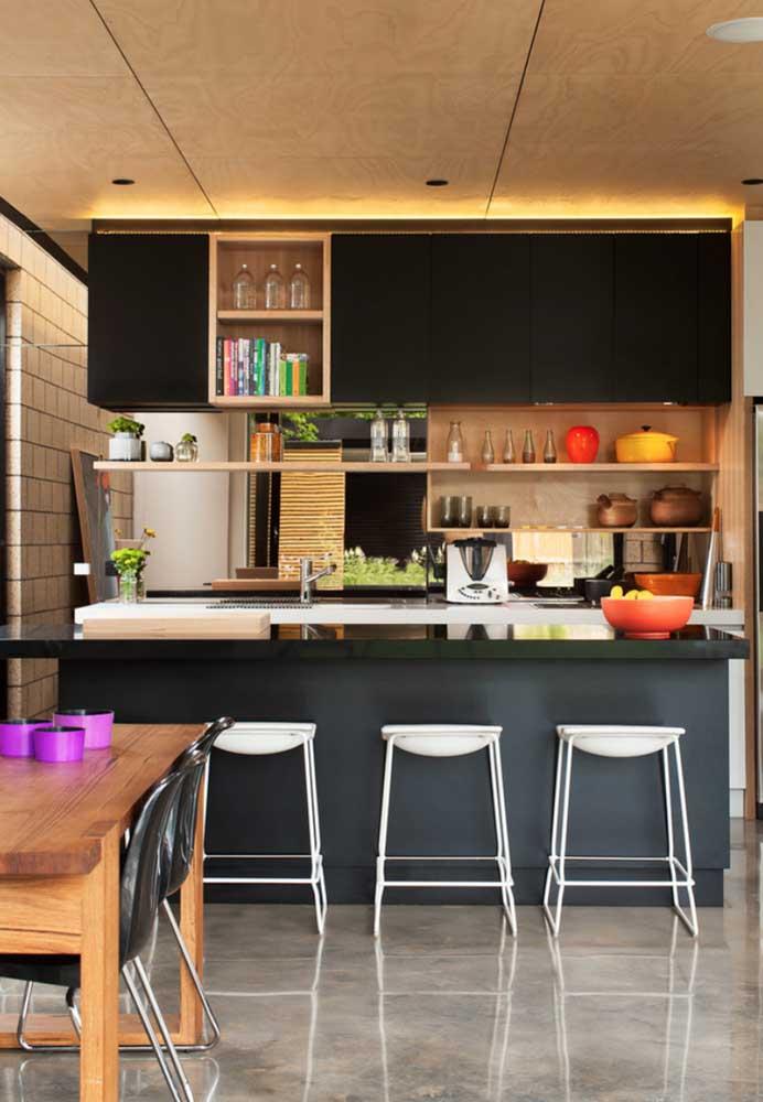 A cozinha americana moderna ficou ainda mais bonita com o tampo em granito preto Absoluto