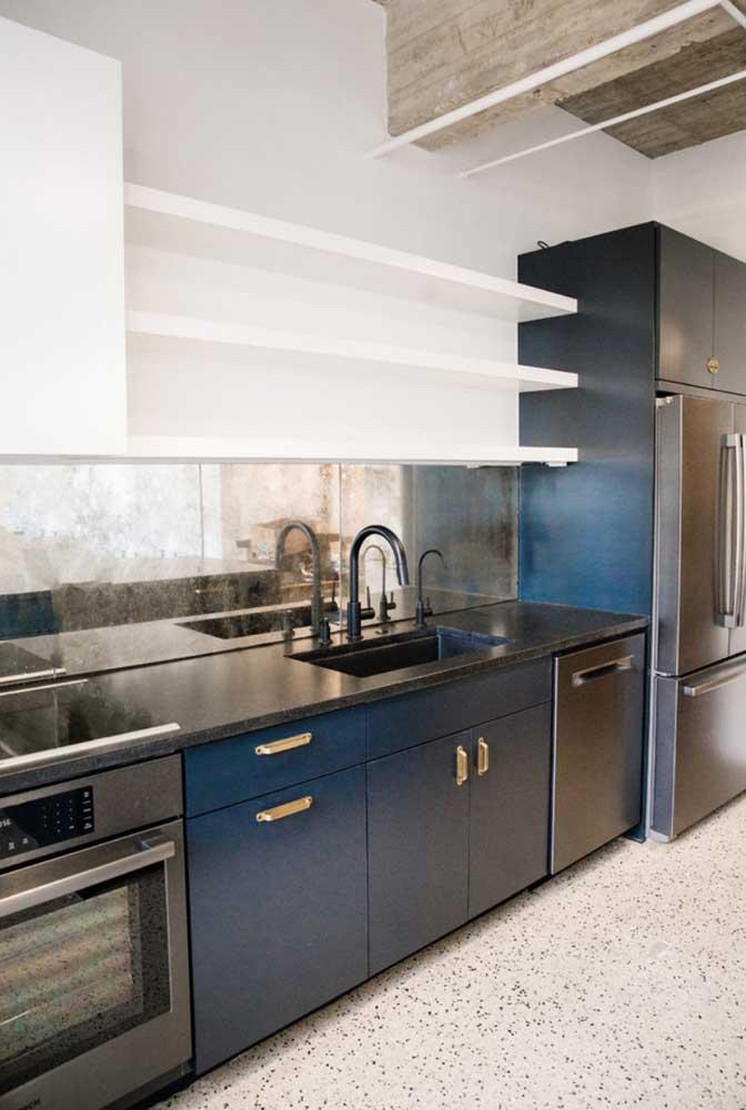 Um luxo essa cozinha: armários em azul petróleo com bancada em granito preto