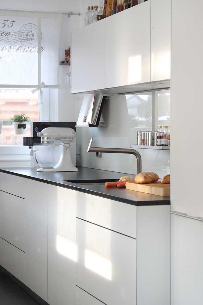 Cozinha planejada branca com bancada em granito preto: o modelo queridinho do momento