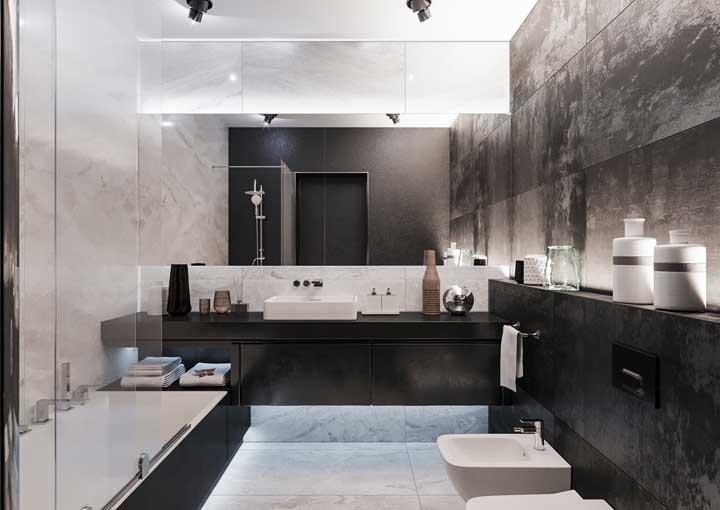 Banheiro grande com diferentes áreas destacadas em granito preto