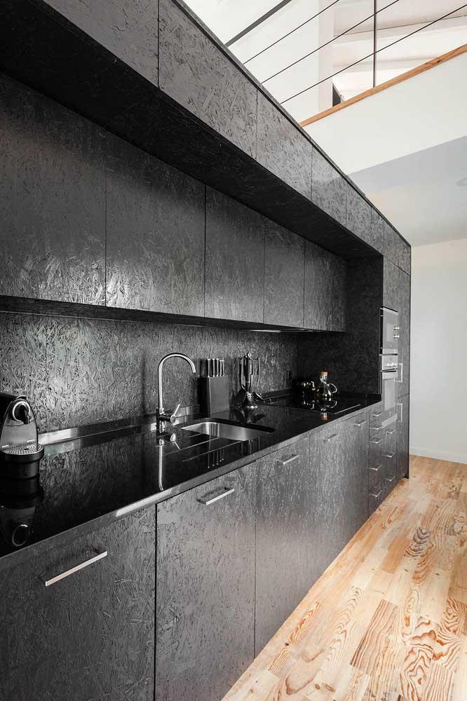 O granito preto absoluto trouxe a neutralidade necessária para a cozinha de armários planejados com textura
