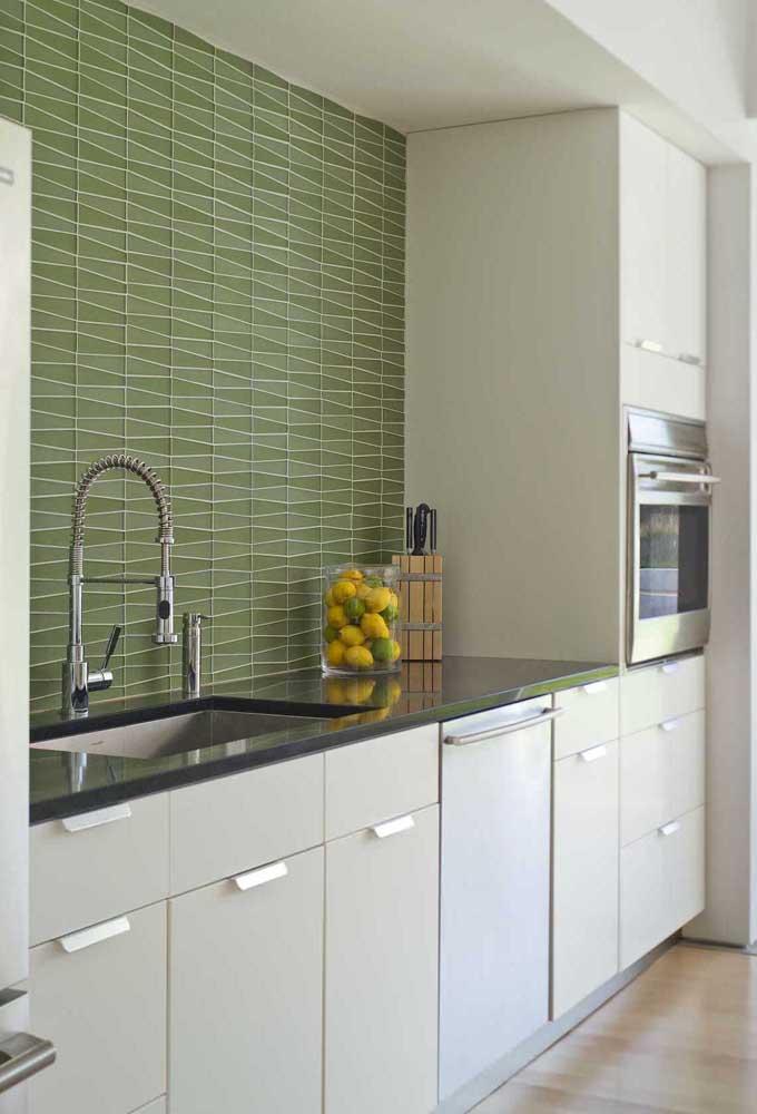 Cozinha planejada com tampo em Granito Preto São Gabriel; destaque para a parede verde em contraste