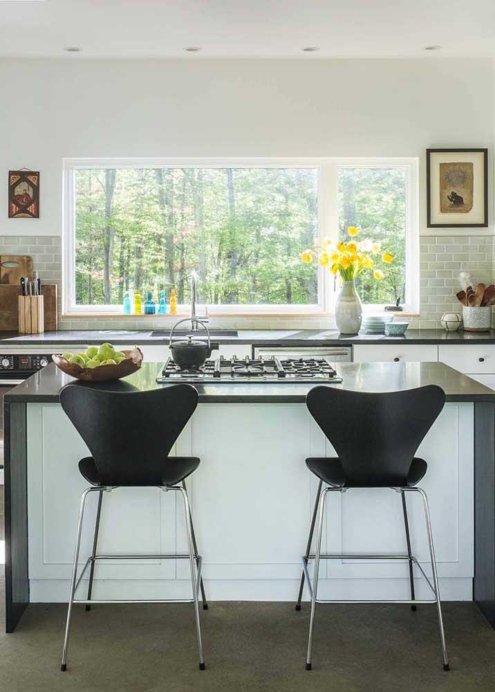 Cozinha americana com ilha em granito preto; não tem como dar errado