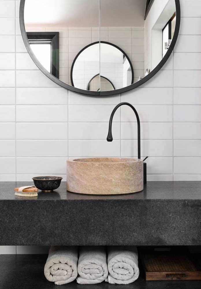 Pia do lavabo revestida em granito preto São Gabriel; os acessórios fazem a diferença na bancada