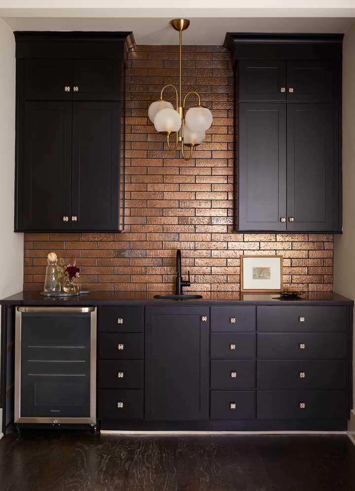 Cozinha planejada com tampo em granito preto absoluto; perfeita para criar ambientes homogêneos