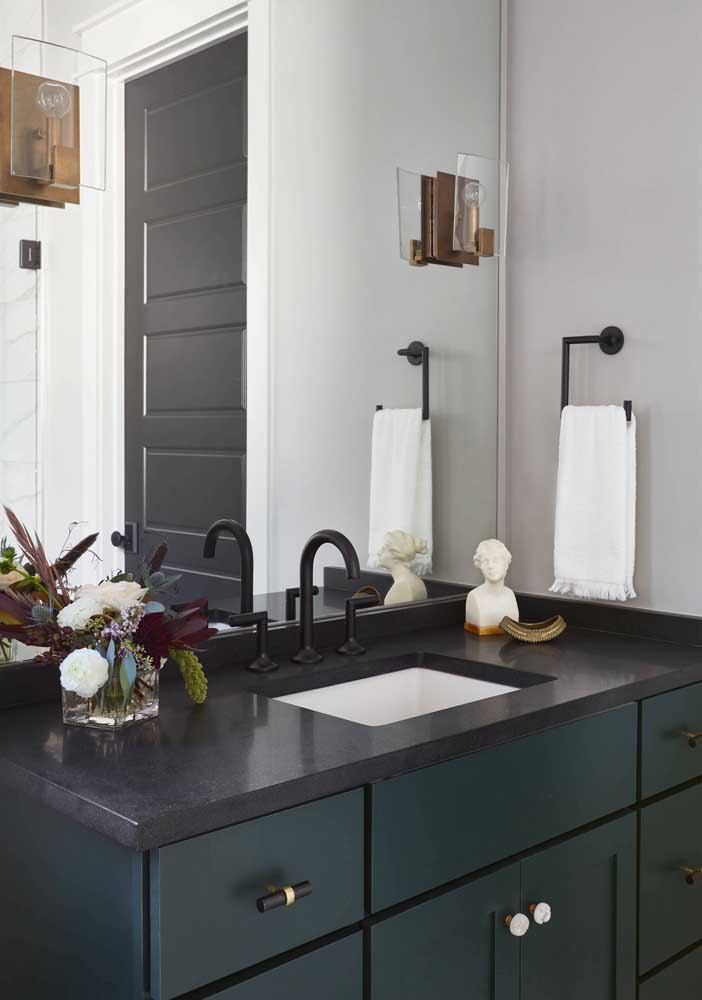 Bancada de banheiro com granito preto com metais pretos: linda composição