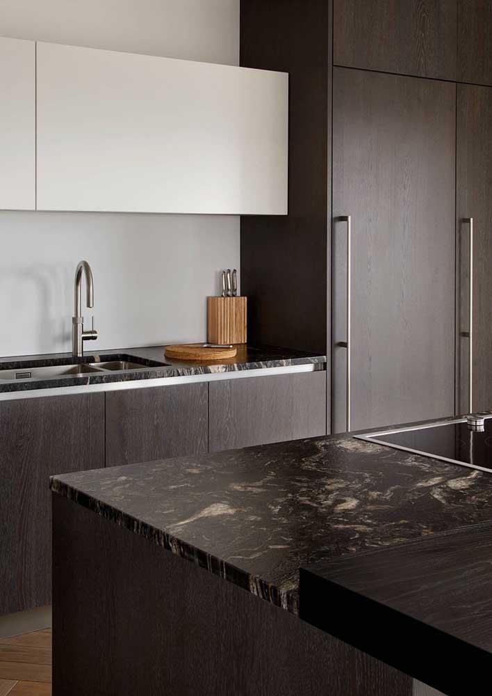 Granito preto Via Láctea na bancada da pia da cozinha; repare como os detalhes da pedra se destacam no ambiente