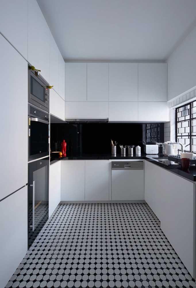 Uma inspiração linda de cozinha moderna, com armários planejados e bancada em granito preto