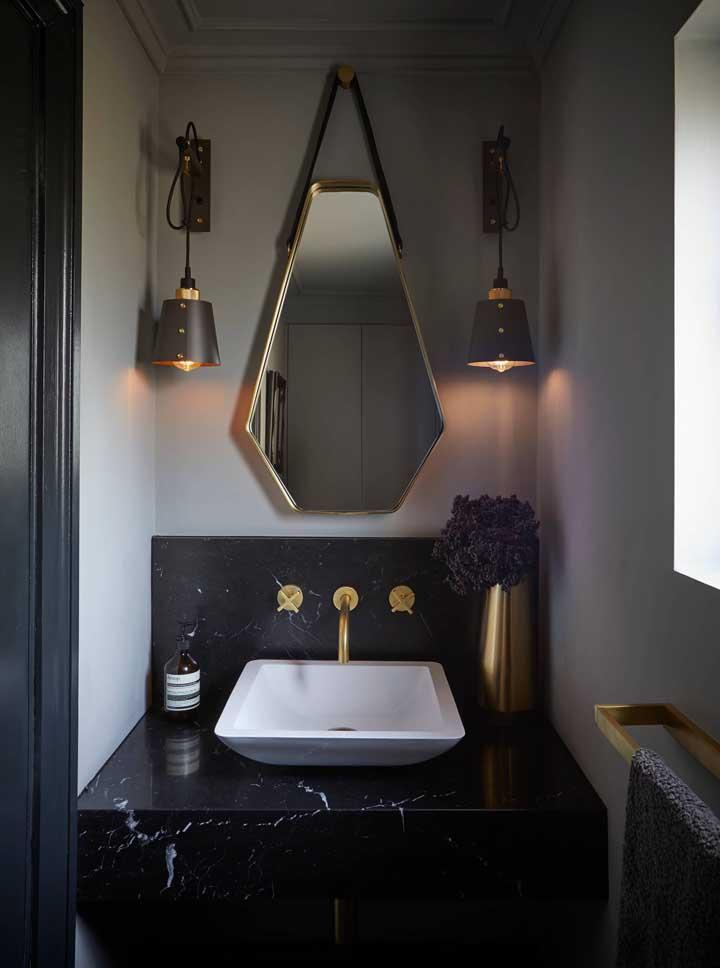 Uma opção muito linda também é combinar o granito preto com dourado
