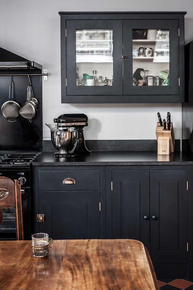 Granito preto Absoluto fosco para a bancada da cozinha com armários pretos