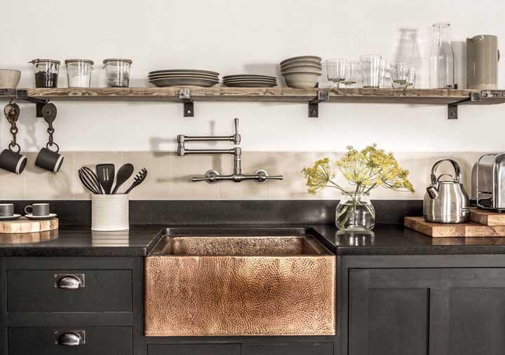Uma cozinha em estilo rústico com destaque para a bancada em granito preto fosco