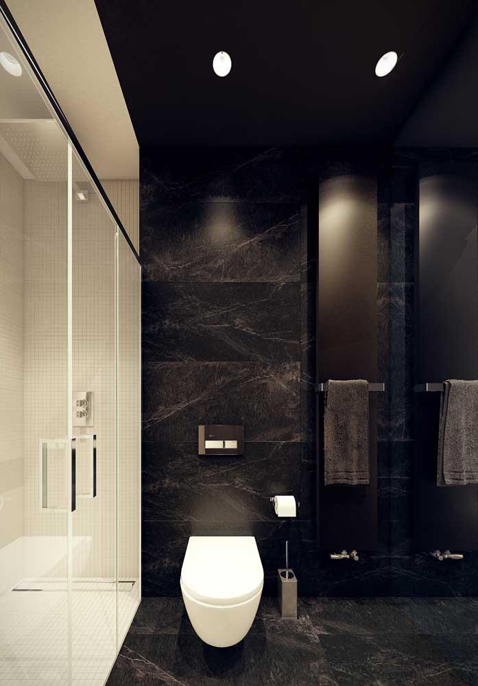 Banheiro revestido em granito preto Via Láctea: luxo e modernidade