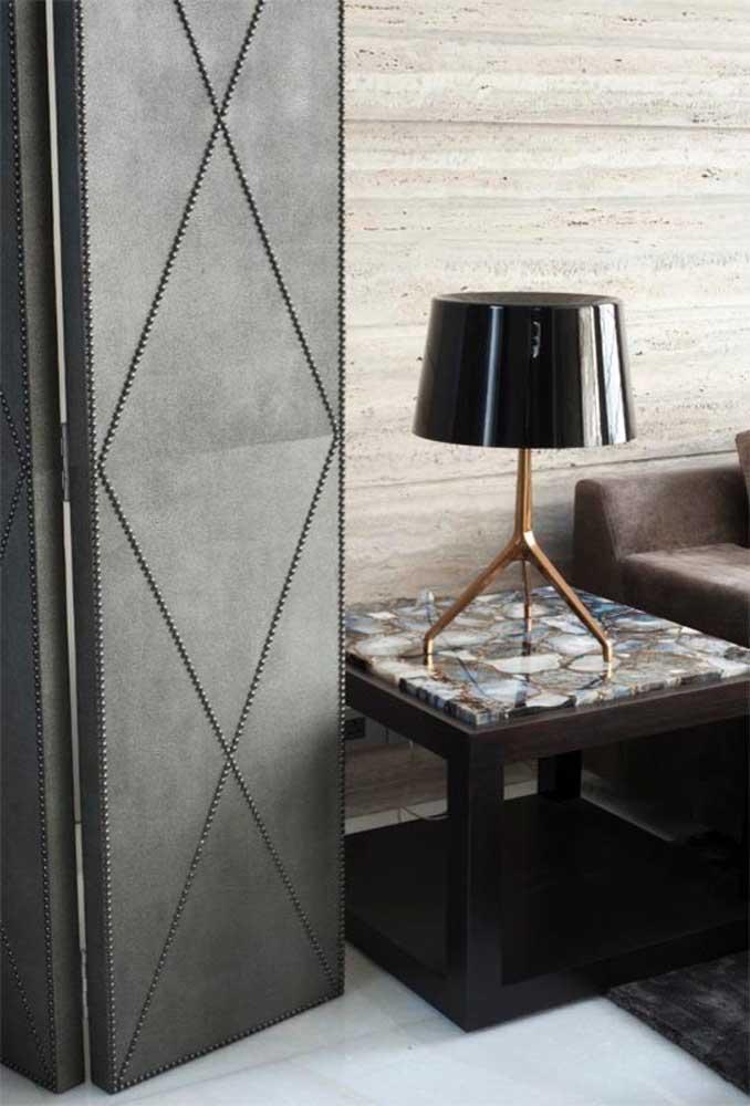 O clássico abajur aparece nessa sala de estar sobre a mesinha lateral e em uma versão mais atual
