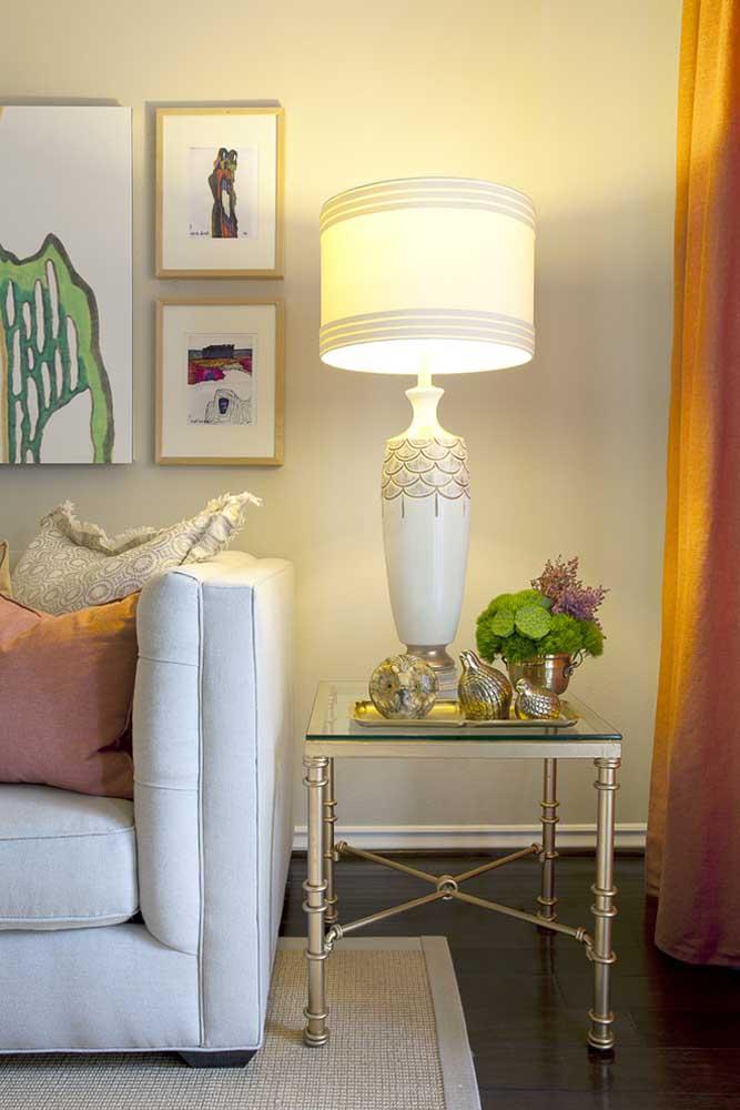 Sala de estar com abajur na mesinha lateral: modo tradicional de usar a luminária e que sempre dá certo