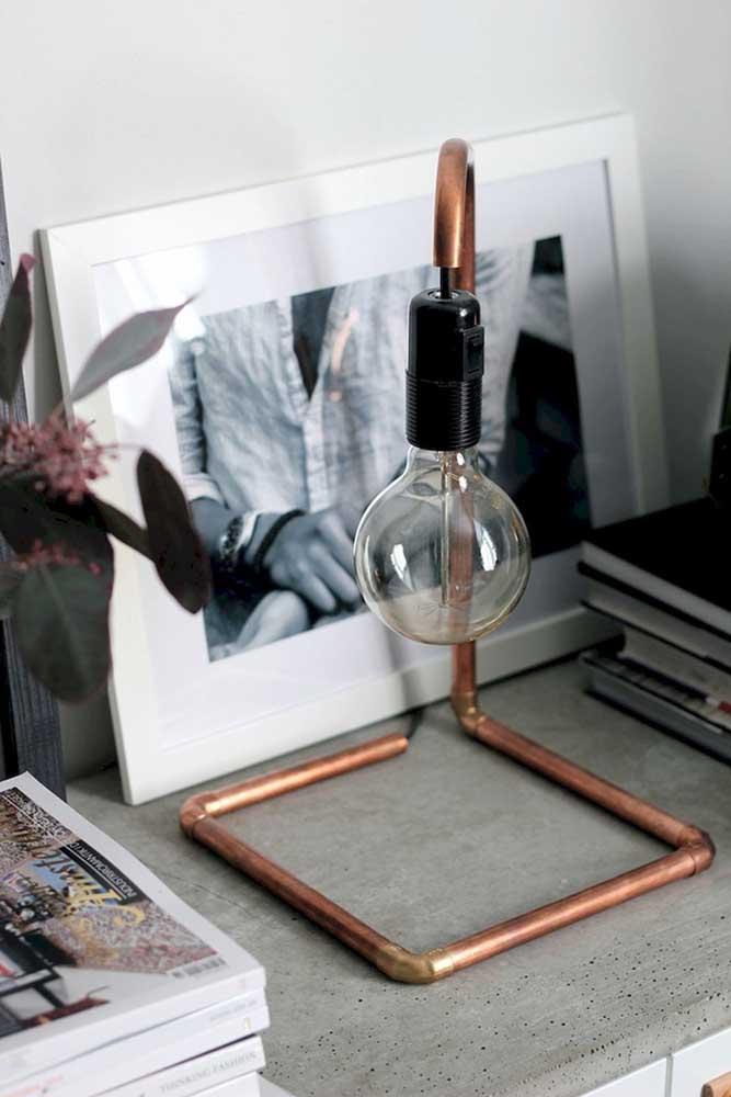 Luminária de mesa simples, mas com aquele ar moderno que faz toda diferença no ambiente