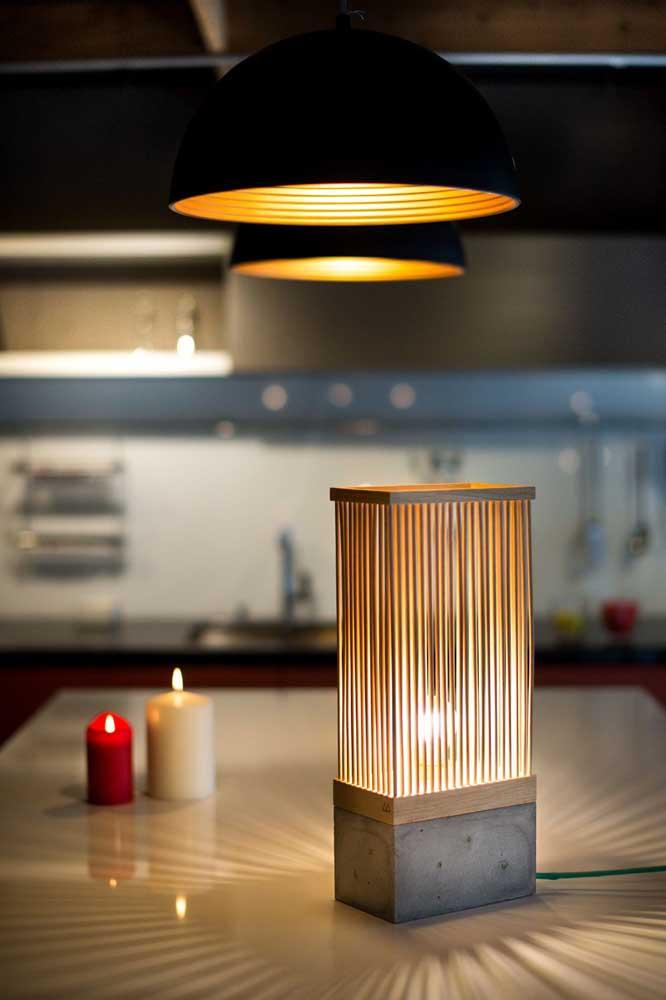 Luminária de mesa para a sala de jantar: o toque suave da luz da luminária é complementada pelas velas e pela luminária de teto