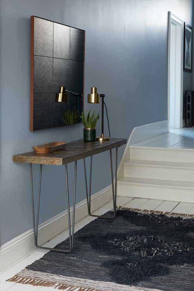 No hall de entrada, a luminária de mesa funciona como uma ótima opção decorativa