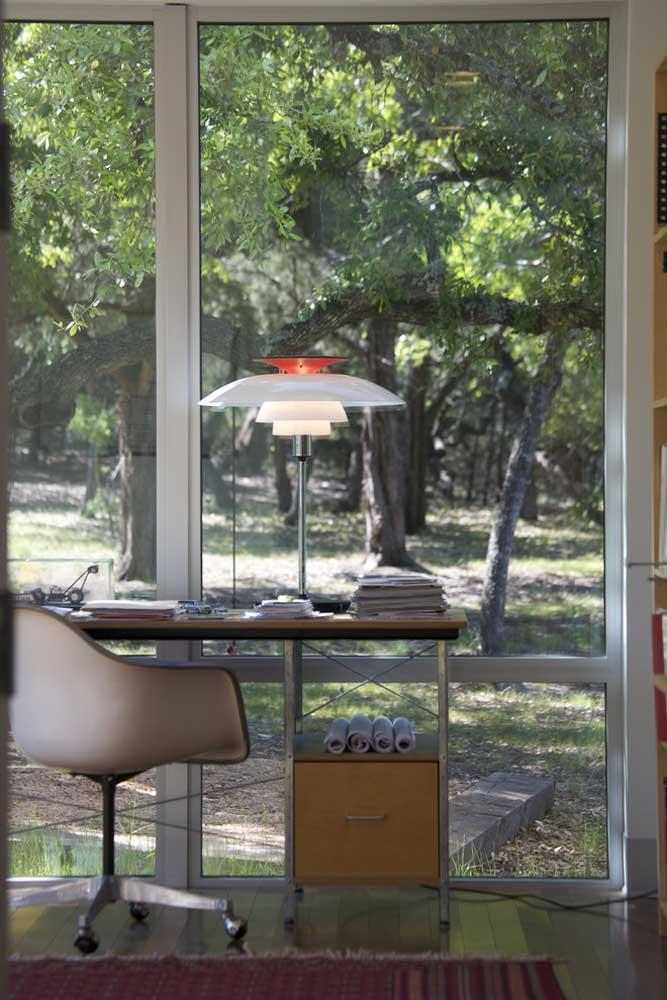 Durante o dia, a luz natural dá conta desse ambiente, mas se o trabalho se estender para a noite, a luminária de mesa se encarrega da iluminação