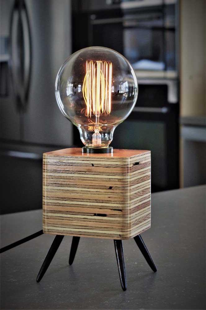 Luminária de mesa com lâmpada de filamento de carbono: opção para quem busca por uma solução moderna e arrojada