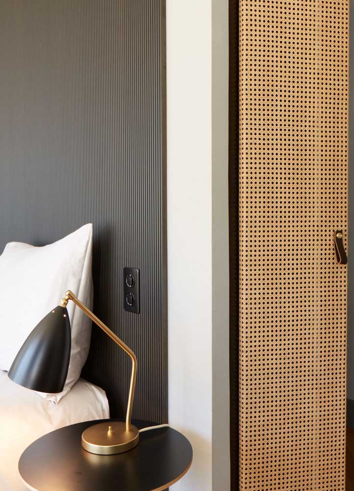 Combinação moderna e elegante entre preto e dourado para a luminária de mesa