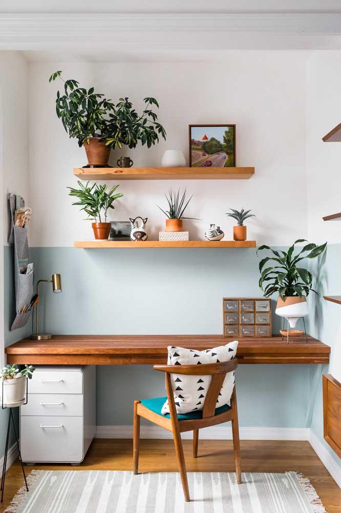 Home office em estilo boho com luminária de mesa pequena dourada