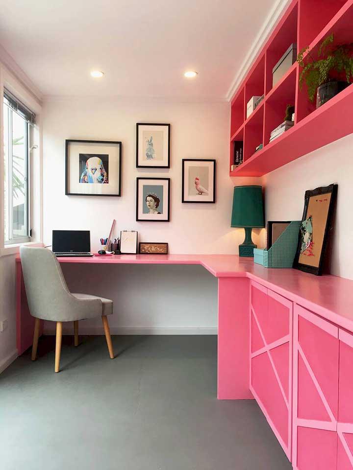 E o que acha de criar uma composição de cores complementares na decor? Aqui, o rosa do móvel se une ao verde do abajur para criar contraste