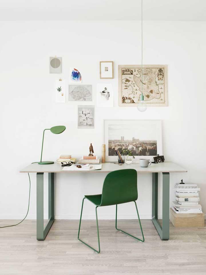 Aqui, cadeira e luminária estão, literalmente, no mesmo tom