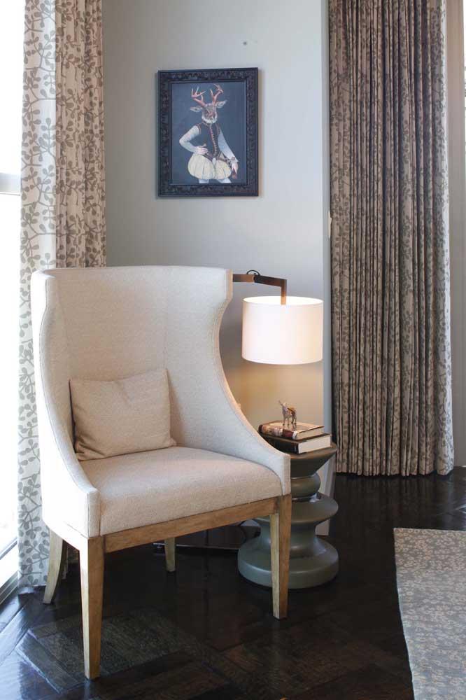 Luminária de mesa para acariciar os momentos de leitura; um toque de conforto na sala ao final do dia
