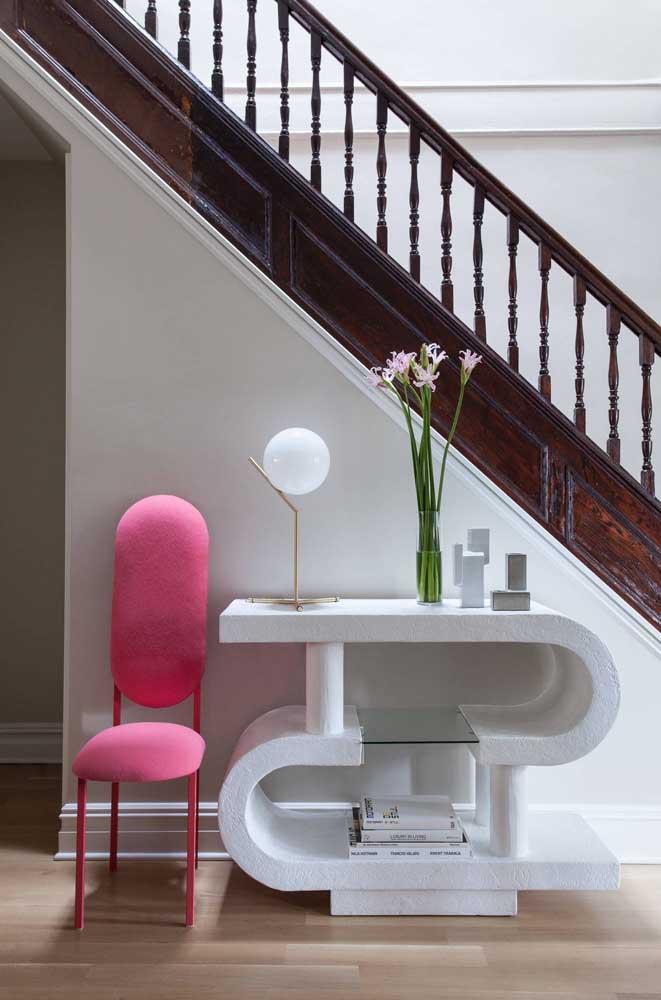 Luminária de mesa para o hall de entrada; formato descontraído da peça chama a atenção