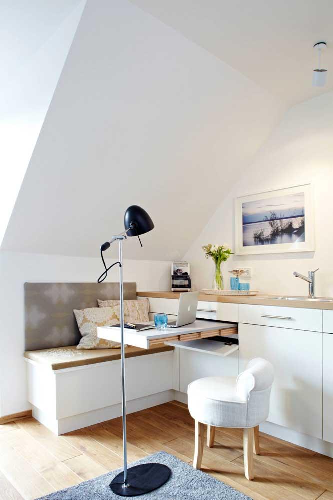 Aqui, a luminária de chão revela toda sua praticidade ao permitir ser transportada para diferentes ambientes da casa