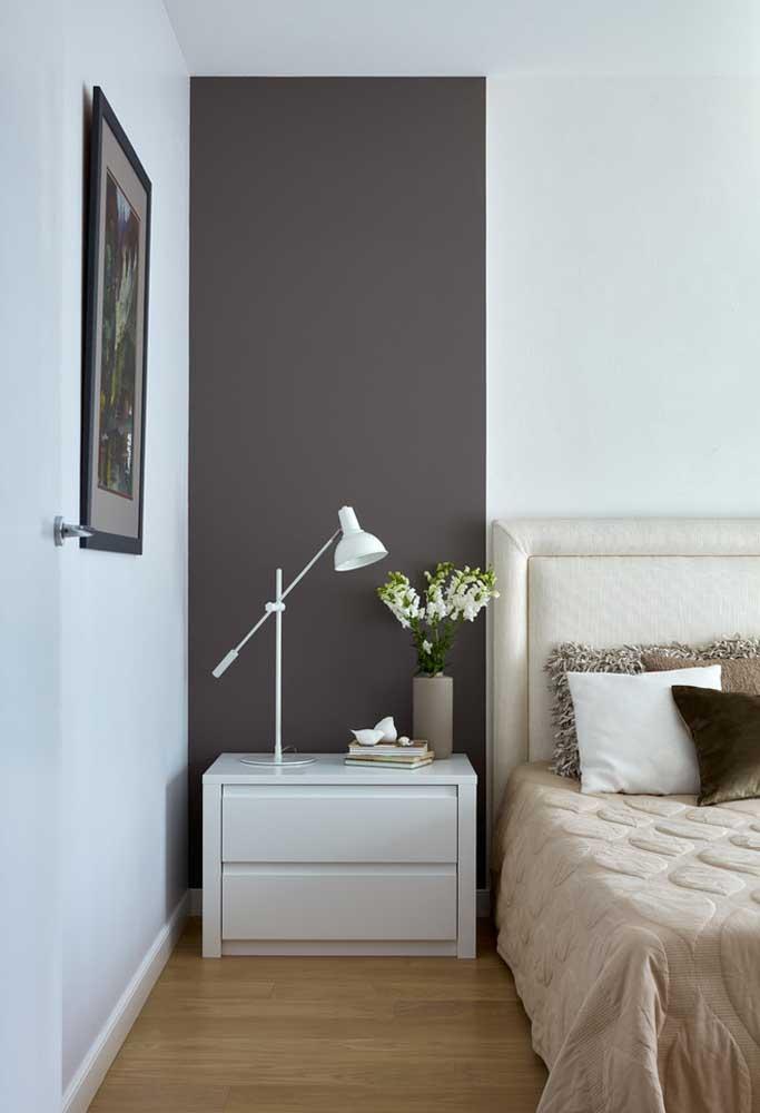Na lateral da cama, a luminária de mesa articulável facilita a leitura antes de dormir