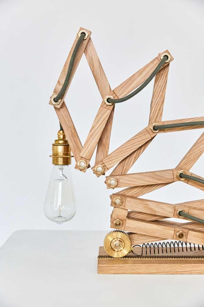 A luminária de mesa não é apenas uma peça funcional, ela pode ser o toque de design e estilo que faltava para a decoração