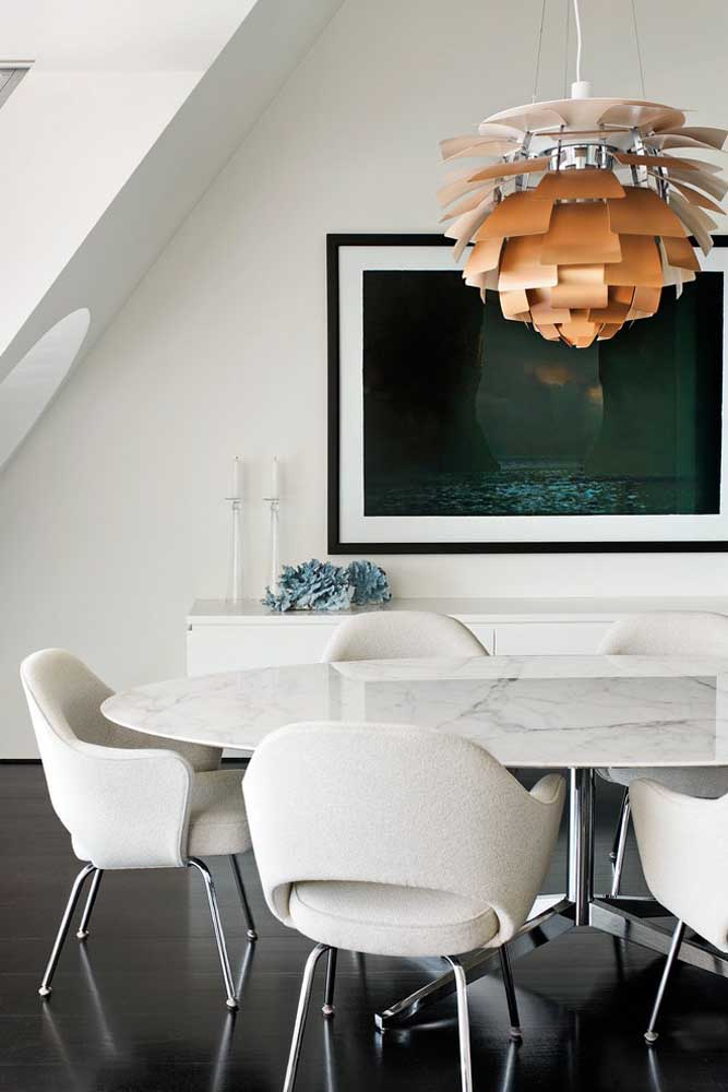 Mesa redonda de jantar com tampo de mármore e pés metálicos: opção de mesa moderna e elegante