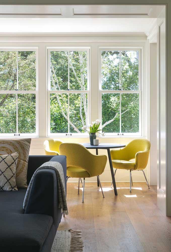 Cadeiras maiores ocupam mais espaço em torno da mesa redonda