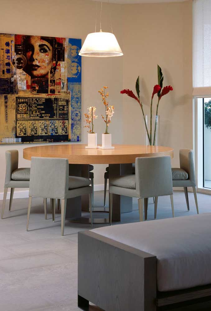 A sala de jantar espaçosa traz uma mesa redonda com seis cadeiras
