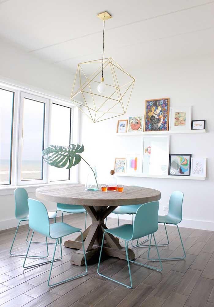 O design das cadeiras é o responsável pelo toque de despojamento e modernidade da mesa de madeira redonda
