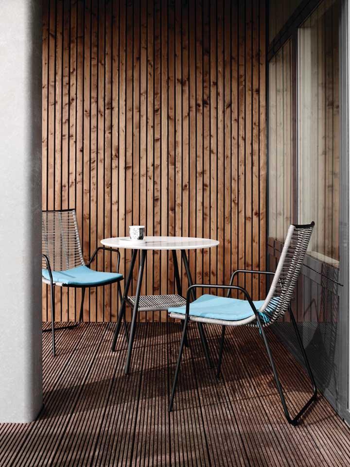 A mesa redonda alta é a aposta certeira para ambientes externos