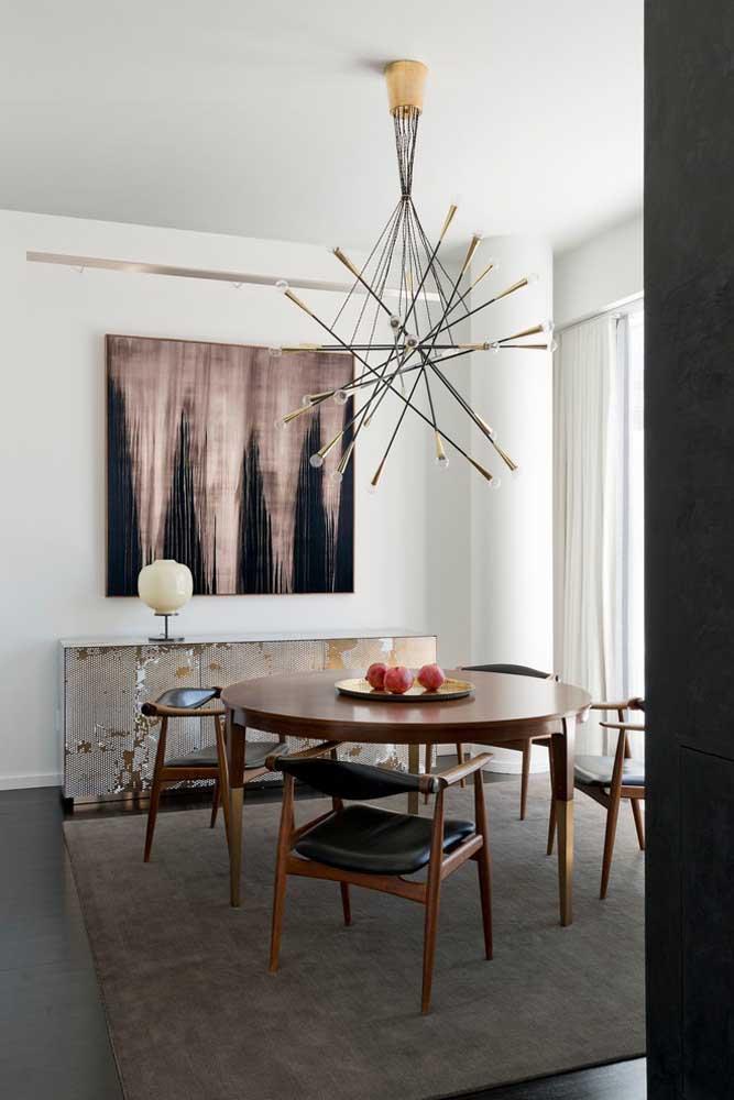 Mesa redonda com tapete quadrado: não existe regra para o formato do tapete da sala de jantar