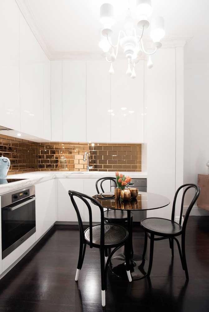 Para deixar a cozinha mais livre, a opção foi usar apenas três cadeiras em torno da mesa redonda