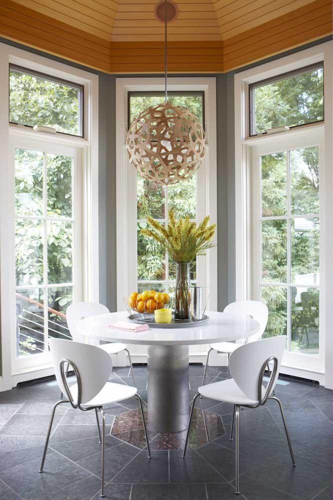 A mesa redonda fica com um visual mais leve e clean quando os pés das cadeiras são finos e discretos