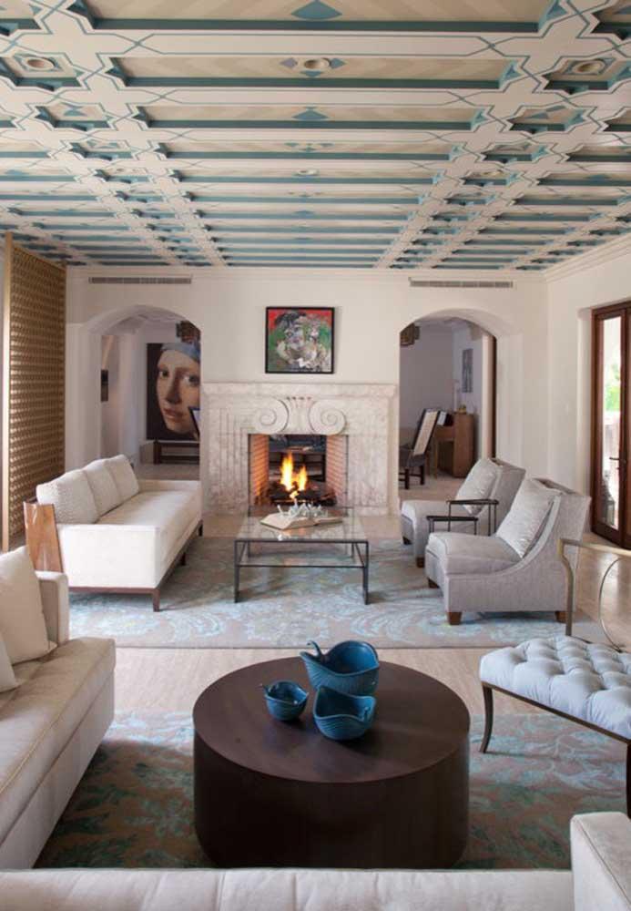 Nessa sala de estar, duas mesas de centro em formato e estilos bem diferentes atraem a atenção