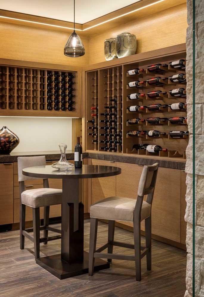 Mesa redonda alta: perfeita para aquele momento de degustar sua bebida favorita