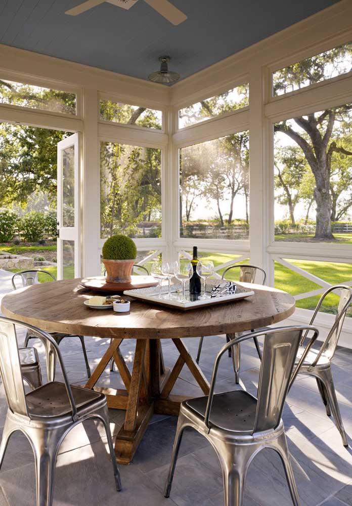 Que tal combinar mesa redonda de madeira com cadeiras metálicas?