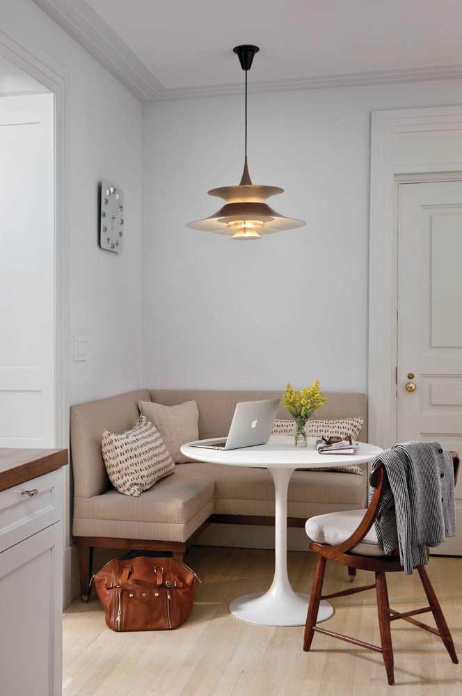 Já esse outro canto alemão, bem na entrada da casa, tira vantagem da mesa redonda para melhor aproveitar o espaço