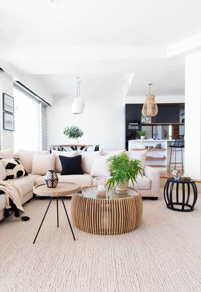 Três modelos bem diferentes de mesas redondas de centro convivendo harmoniosamente nessa sala